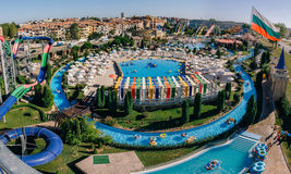 Панорамный взгляд действия аквапарк в солнечном пляже с количеством скольжений и бассейнов для детей и взрослых Стоковая Фотография