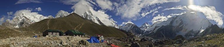 Панорамный взгляд деревни Gorak Shep и других пиков 8000m стоковые фотографии rf
