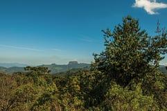"""Панорамный взгляд леса и пик известный как """"Pedra делают  Baú†около Campos делают Jordão стоковое фото"""