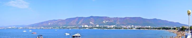 Панорамный взгляд лета горы, моря, пляжа, района города Gelendzhik Стоковая Фотография RF