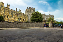 Панорамный взгляд замка Виндзора с каменными стенами, зданиями и башнями Великобритания Стоковое фото RF