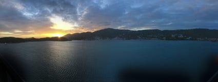 Панорамный взгляд захода солнца над горами острова Стоковая Фотография RF