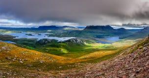 Панорамный взгляд зоны гор Inverpolly в гористых местностях Scot стоковая фотография rf