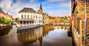 Панорамный взгляд известного канала воды в Брюгге Стоковое Изображение