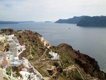 Панорамный взгляд кальдеры и Эгейского моря на деревне Oia острова Santorini Стоковая Фотография