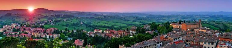 Панорамный взгляд красивого ландшафта с средневековым городом San Gimignano на заходе солнца в Тоскане, провинции Сиены, Италии Стоковые Изображения