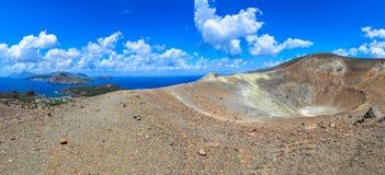 Панорамный взгляд кратера вулкана и островов Lipari, Сицилии стоковая фотография rf