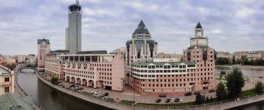 Панорамный взгляд к башням берега реки делового центра Стоковое фото RF