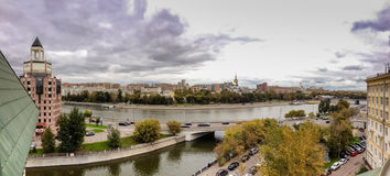 Панорамный взгляд к обваловке Shluzovaja реки Москвы Стоковая Фотография