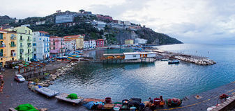 Панорамный взгляд малой гавани в Сорренто, Италии Стоковая Фотография