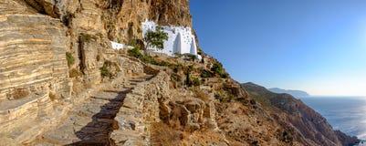 Панорамный взгляд монастыря Panagia Hozoviotissa на isla Amorgos Стоковое Фото