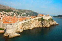 Панорамный взгляд моря старого Дубровника с заливом и wa города Стоковое Изображение
