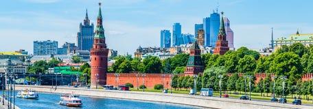 Панорамный взгляд Москвы Кремля и города Стоковые Изображения