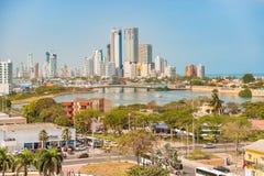 Панорамный взгляд на высоких зданиях подъема в высококачественной части автомобиля Стоковые Изображения RF