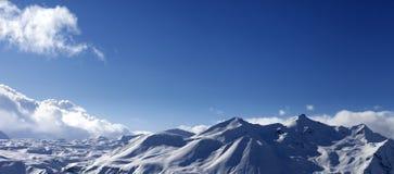 Панорамный взгляд на горах снега в славном дне Стоковое фото RF