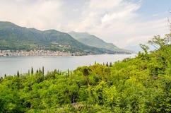 Панорамный взгляд над городком Salo, на озере Garda, Италия Стоковое фото RF
