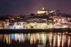 Панорамный взгляд на ноче Коимбра Португалия Стоковые Изображения RF