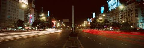 Панорамный взгляд на ноче Avenida 9 de Джулио, самого широкого бульвара в мире, и El Obelisco, обелиска, Буэноса-Айрес, Аргентины Стоковое Изображение RF