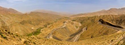 Панорамный взгляд на дороге к пропуску в высокие горы атласа - Марокко Tizi n Tichka Стоковые Изображения