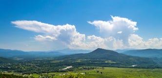 Панорамный взгляд на долине в горах Стоковая Фотография RF