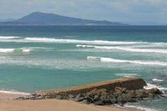 Панорамный взгляд на сценарном seascape от уступа на волнах Атлантическом океане с jaizkibel горы в голубом небе и облаках, bidar Стоковые Фото