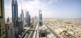 Панорамный взгляд небоскребов шейха Zayed Дороги в Дубай, ОАЭ Стоковые Изображения