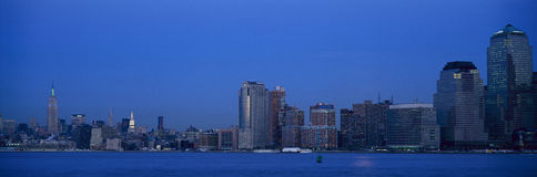 Панорамный взгляд ночи Эмпайра Стейта Билдинга и более низкого горизонта Манхаттана, NY где башни мировой торговли были обнаружен Стоковое Изображение RF