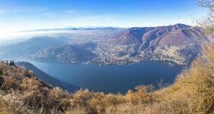 Панорамный взгляд озера в последней осени, Италии Como Стоковое Изображение RF