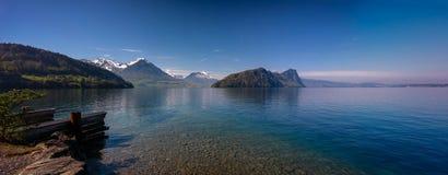 Панорамный взгляд озера Люцерн с швейцарскими горными вершинами весной Стоковая Фотография RF