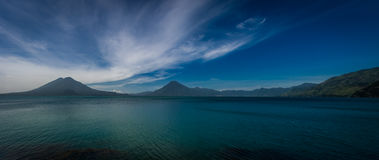 Панорамный взгляд озера Atitlan с вулканами на заднем плане Стоковая Фотография RF
