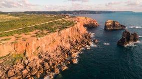 Панорамный взгляд океана и скал Португалии, около Carrapateira, расписание дежурств Vicentina Стоковое Изображение