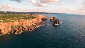 Панорамный взгляд океана и скал Португалии, около Carrapateira, расписание дежурств Vicentina Стоковые Изображения
