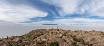 Панорамный взгляд острова кактуса Incahuasi в соли Салара de Uyuni плоском - отдел Potosi, Боливия стоковое фото rf