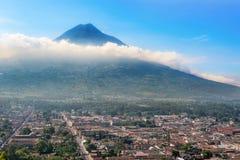Панорамный взгляд от Cerro de Ла Cruz на городе Антигуы, Gua Стоковые Фото
