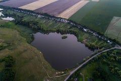 Панорамный взгляд долины с зелеными свежими полями и деревней воздушный взгляд сельской местности Стоковое Изображение