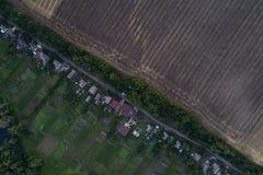 Панорамный взгляд долины с зелеными свежими полями и деревней воздушный взгляд сельской местности Стоковое Фото