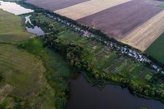 Панорамный взгляд долины с зелеными свежими полями и деревней воздушный взгляд сельской местности Стоковые Фотографии RF