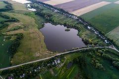 Панорамный взгляд долины с зелеными свежими полями и деревней воздушный взгляд сельской местности Стоковая Фотография RF