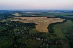 Панорамный взгляд долины с зелеными свежими полями и деревней воздушный взгляд сельской местности Стоковые Изображения
