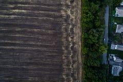 Панорамный взгляд долины с зелеными свежими полями и деревней воздушный взгляд сельской местности Стоковые Фото