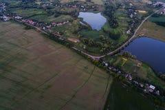 Панорамный взгляд долины с зелеными свежими полями и деревней воздушный взгляд сельской местности Стоковая Фотография