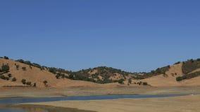 Панорамный взгляд долины с озером видеоматериал