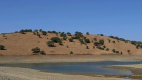 Панорамный взгляд долины с озером сток-видео