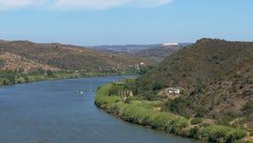 Панорамный взгляд долины с рекой сток-видео
