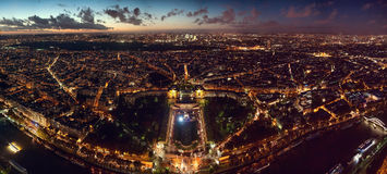 Панорамный взгляд Парижа Франции принятый от Эйфелева башни - в высоком разрешении Стоковая Фотография RF