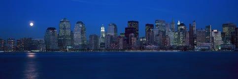 Панорамный взгляд полнолуния поднимая над более низким горизонтом Манхаттана, NY где башни мировой торговли были обнаружены место Стоковые Изображения RF