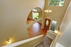 Панорамный взгляд прихожей входа от лестницы Стоковое фото RF