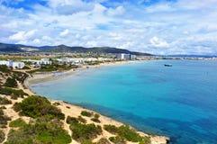 Панорамный взгляд пляжа Bossa вертепа Platja в городке Ibiza, Spai Стоковое Изображение RF