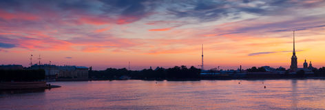 Панорамный взгляд рассвета лета реки Neva Стоковое Изображение RF