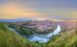 Панорамный взгляд древнего города и Alcazar на холме над Ла Mancha Рекой Tagus, Кастилией, Toledo, Испания Стоковое Изображение RF